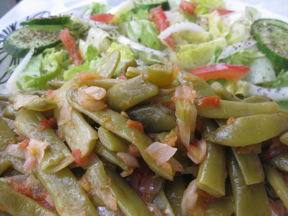 Cooked green beans and salad